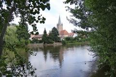 Kirche-eingerahmt-von-Blättern_1024