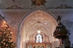 Kirche-innen-Weihnachstsbaum